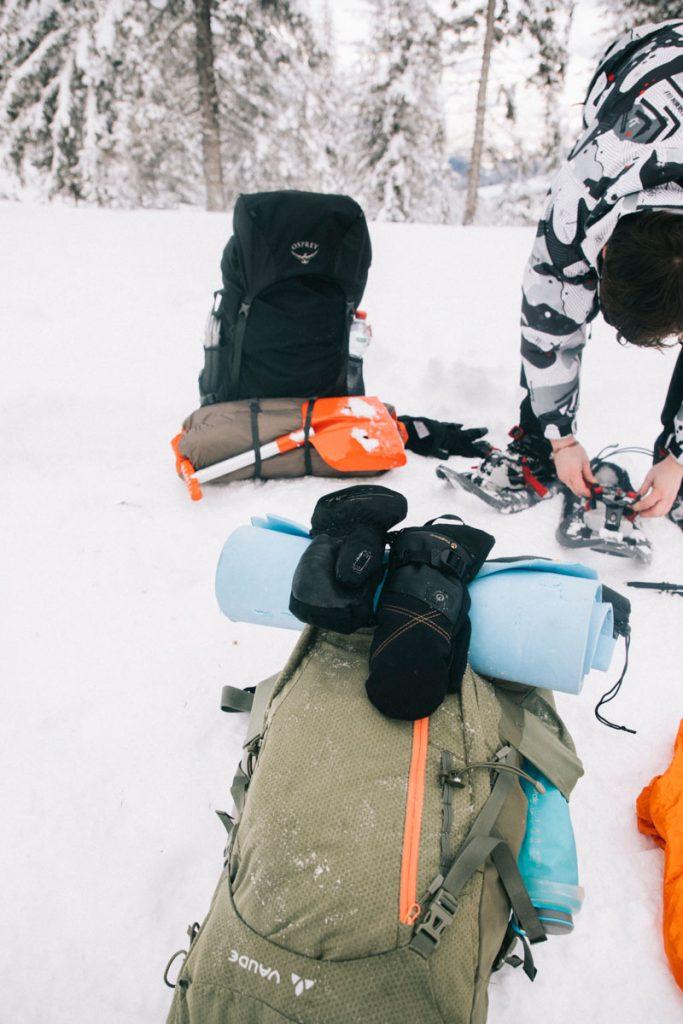 Notre matériel pour un bivouac hivernal au Petit Ballon. crédit photo : Clara Ferrand - blog Wildroad