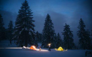 Randonnée raquette et bivouac hivernal au Petit Ballon dans le massif des Vosges. crédit photo : Clara Ferrand