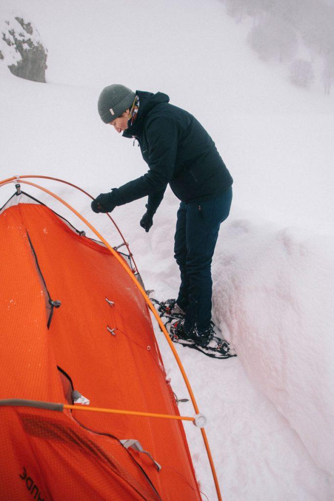 Montage d'une tente 4 saison dans la neige. crédit photo : Clara Ferrand -blog Wildroad