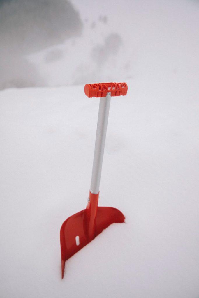 Une pelle à neige pour définir le campement dans la neige. crédit photo : Clara Ferrand - blog Wildroad