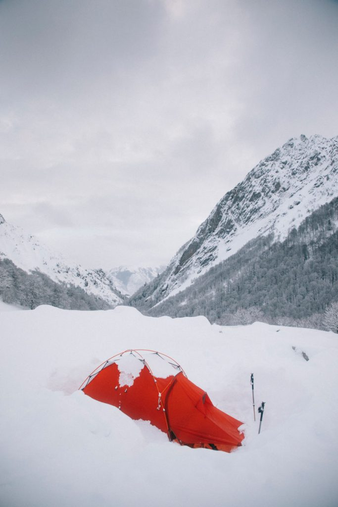 Ma tente 4 saison pour un bivouac hivernal dans les Pyrénées Bearn en hiver. crédit photo : Clara Ferrand -blog Wildroad