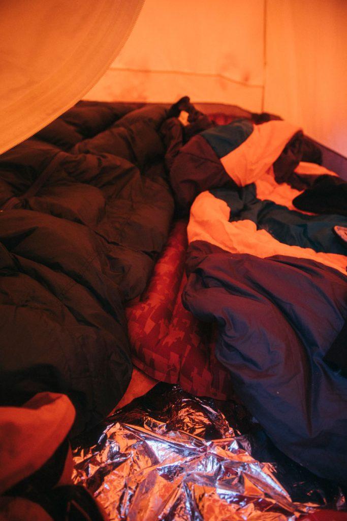 Mon sac de couchage pour un bivouac dans la neige en hiver dans les Pyrénées. crédit photo : Clara Ferrand - blog Wildroad