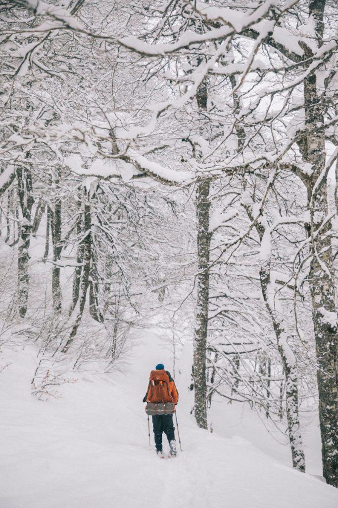 Randonnée raquette dans la vallée d'Alpes en direction des cabanes d'Ansabère. crédit photo: Clara Ferrand - blog Wildroad