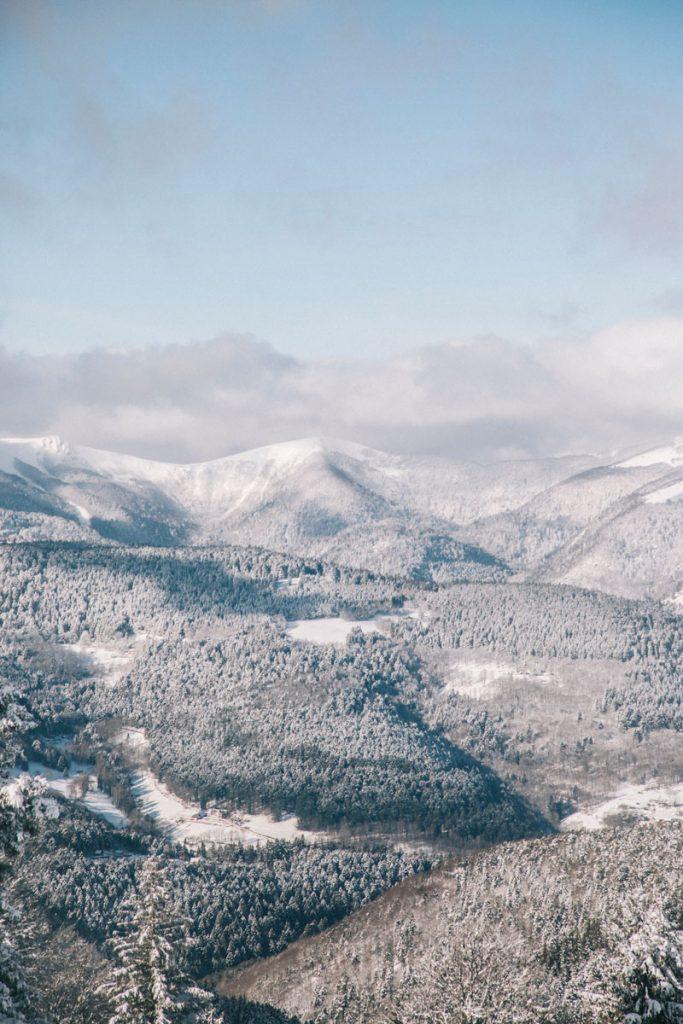 Les sommets de la vallée de Munster enneigés. crédit photo : Clara Ferrand - blog Wildroad