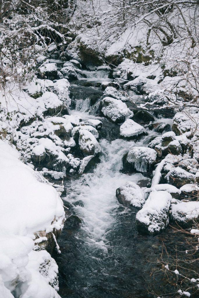 Sentier de randonnée pour des raquettes en hiver dans les pyrénées. crédit photo : Clara Ferrand - blog Wildroad