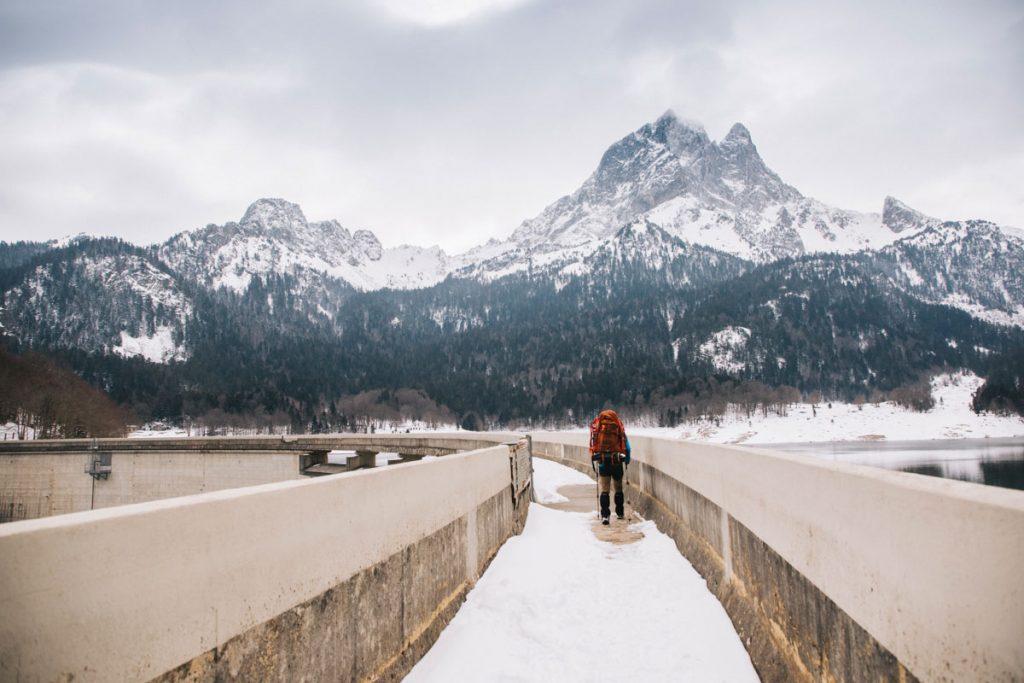 Le barrage de Bious Artigues avec la neige. crédit photo : Clara Ferrand - blog Wildroad