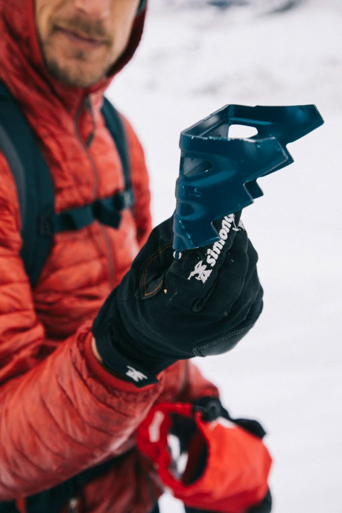 S'équiper de couteau pour ses ski de rando pour grimper sur les sommets glacés. crédit photo : Clara Ferrand - blog Wildroad