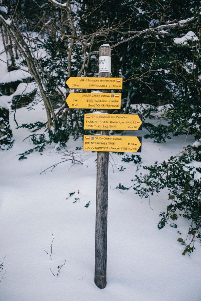 Les panneaux d'indications pour la randonnée des lacs d'Ayous dans le Bearn. crédit photo : Clara Ferrand - blog Wildroad