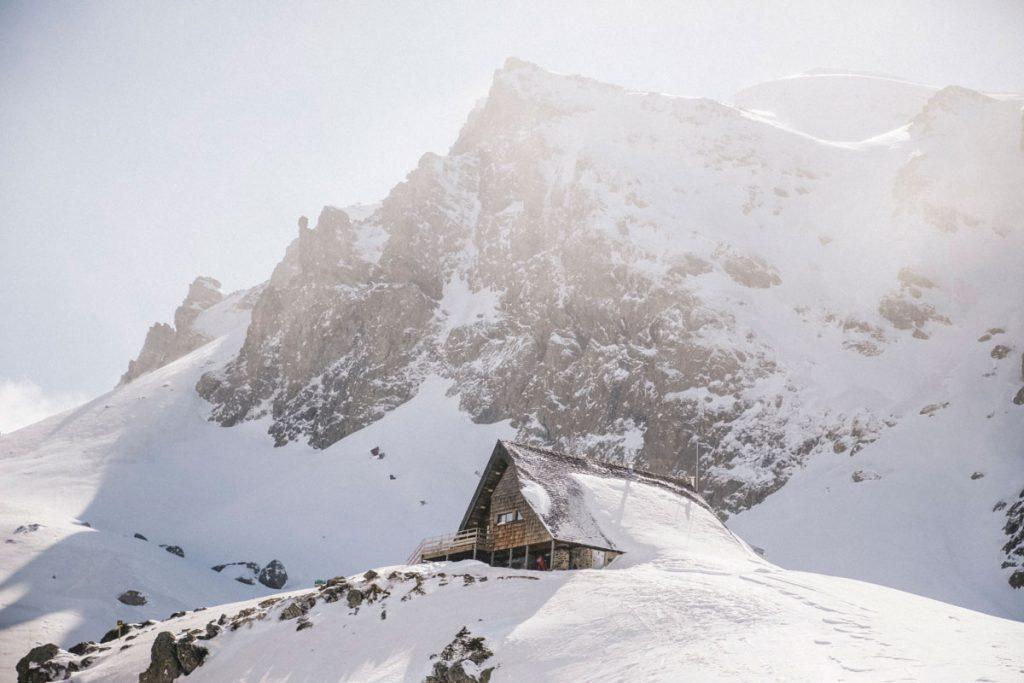 Le refuge d'Ayous face au pic du midi d'Ossau dans les Pyrénées en hiver. crédit photo : Clara Ferrand - blog Wildroad