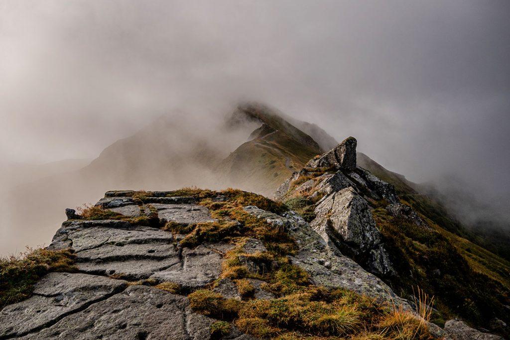 Le GR400 le tour du volcan cantalien sur l'un des plus beaux sentier de randonnée de France. crédit photo : la baroudeur voyage - Marie Herblot