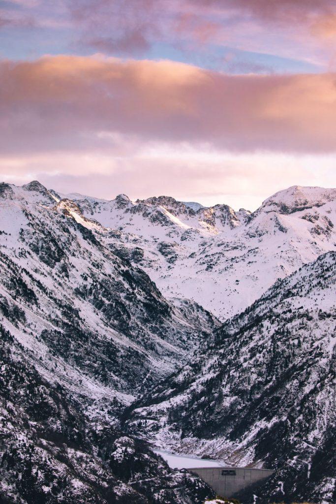 Le barrage de laparan et l'Andorre depuis le plateau de Beille. crédit photo : Clara Ferrand - blog Wildroad
