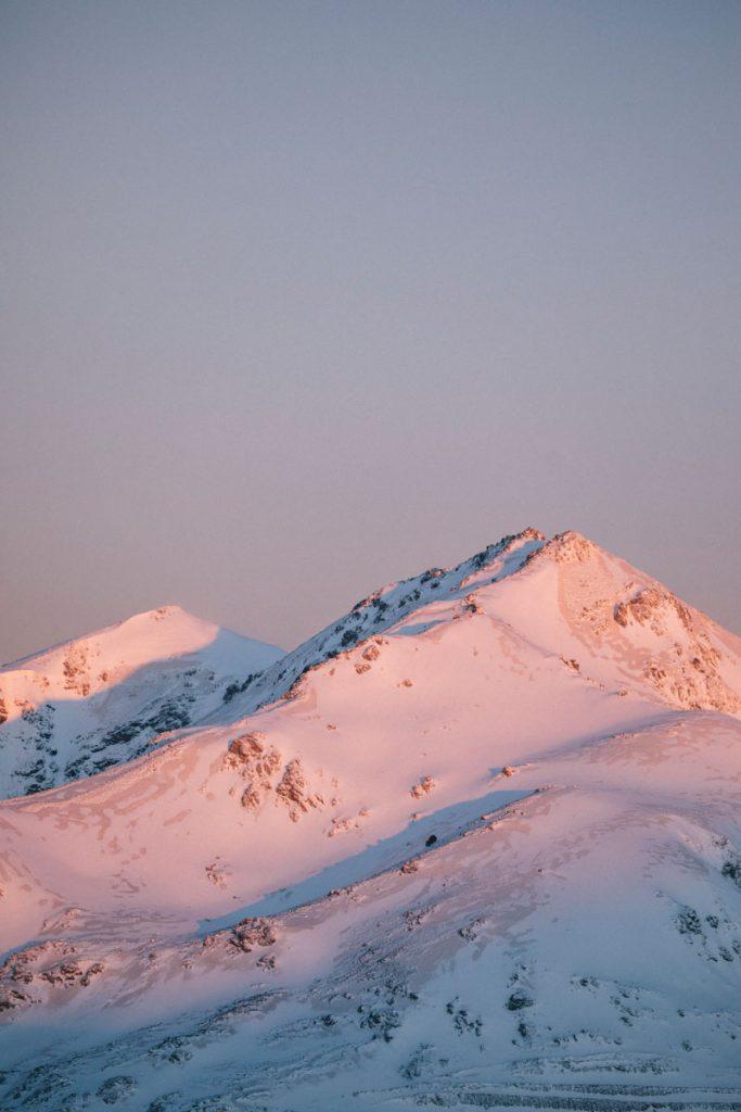 Le lever de soleil sur les Pyrénées depuis el roc du Scaramus. crédit photo : Clara Ferrand - blog WIldroad
