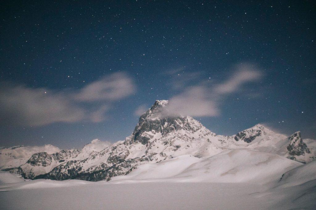 Photo de nuit en hiver du pic d'Ossau depuis les lacs d'Ayous. crédit photo : Clara Ferrand - blog Wildroad
