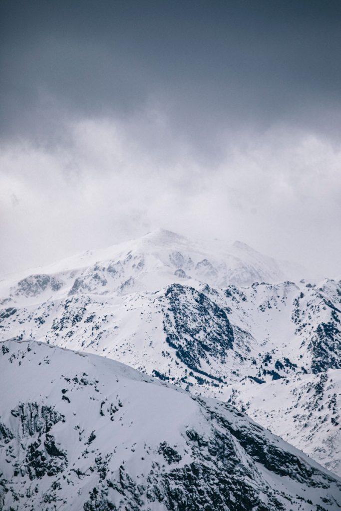 Le panorama sur les Pyrénées depuis le pic du Tarbésou en hiver. crédit photo : Clara Ferrand - blog Wildroad