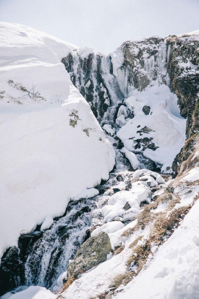 Le passage de la cascade pour arriver aux lacs d'Ayous et au refuge en hiver. crédit photo : clara Ferrand - blog Wildroad