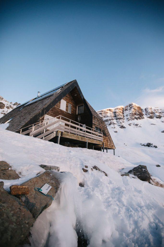 Le refuge d'Ayous en hiver dans la vallée d'Osseux. crédit photo : Clara Ferrand - blog Wildroad