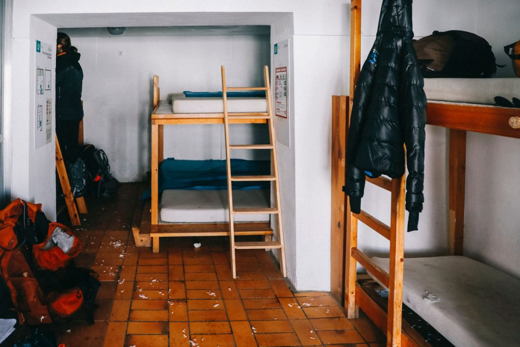 L'intérieur du refuge d'Ayous partie hiver non gardée. crédit photo : Clara Ferrand - blog Wildroad