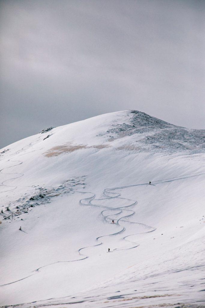 Des skieurs sur repic de Tarbésou dans les Pyrénées. crédit photo : Clara Ferrand - blog Wildroad