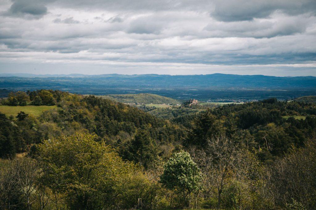Point de vue sur le château de Couzan depuis le chemin des seigneurs. crédit photo : clara Ferrand - blog Wildroad