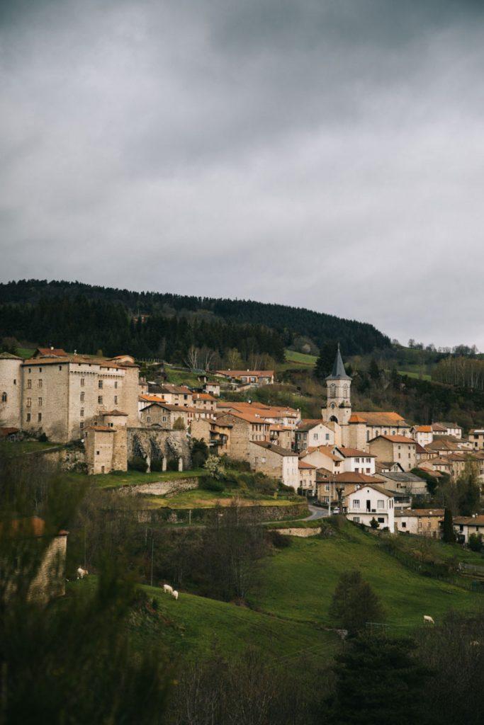Chalmazelle et son château dans le Forez. crédit photo : Clara Ferrand - blog Wildroad
