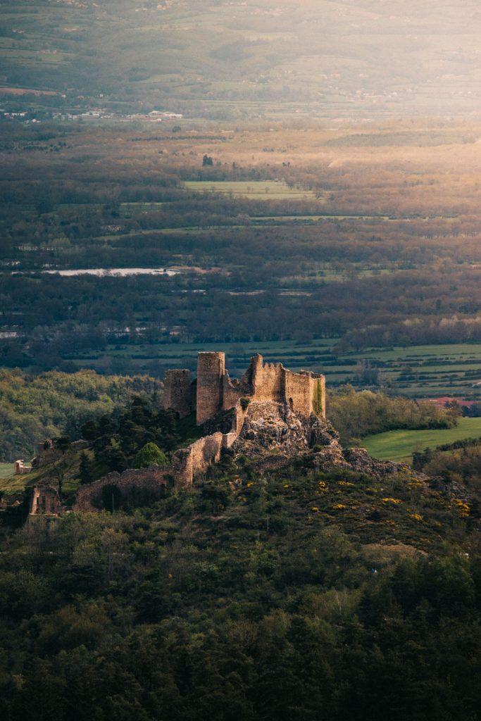 Le château de Couzan et la plaine de Siant-Etienne. crédit photo : clara Ferrand - blog Wildroad.
