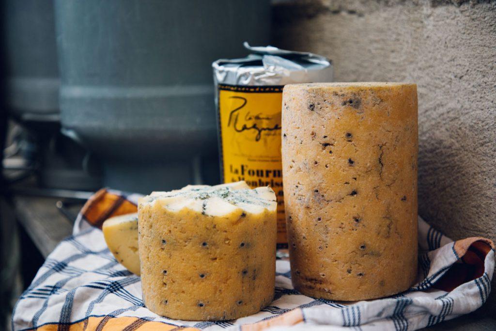 La fourme de Montbrison, un fromage sous IGP du Forez. crédit photo : Clara Ferrand - blog Wildroad