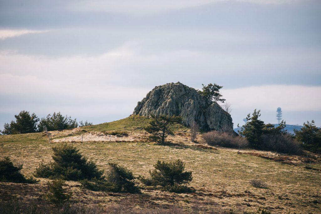 La grande pierre Bazanne dans les monts du Forez. crédit photo : Clara Ferrand - blog Wildroad