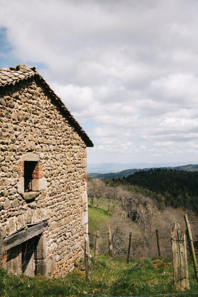 Les Jasseries, ces fermes des Hautes-Chaumes du Forez. crédit photo : Clara Ferrand - blog Wildroad