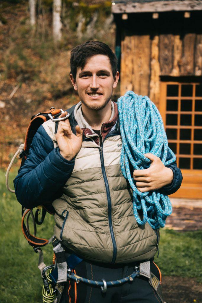 Justin moniteur de grimpe d'arbre dans le Forez. crédit photo : clara Ferrand - blog Wildroad