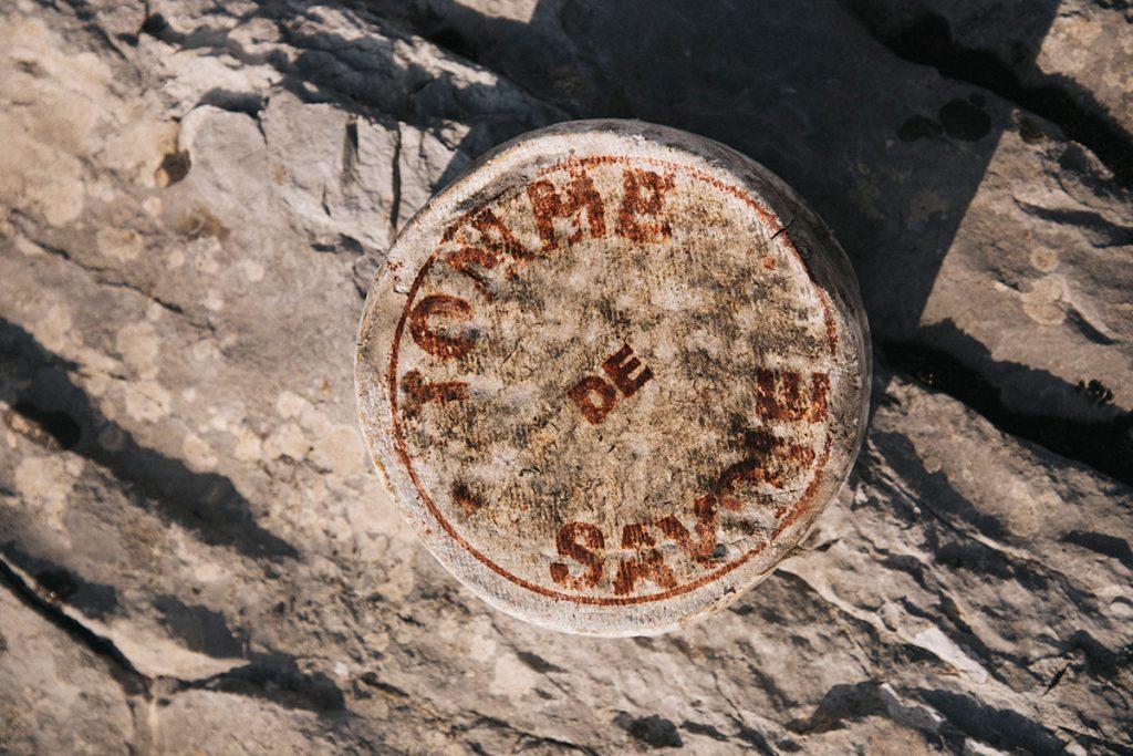 La marquage de la Tomme de Savoie IGP. crédit photo : Clara Ferrand - blog Wildroad
