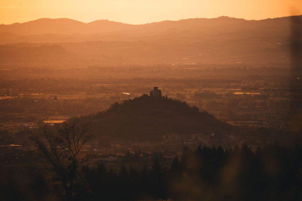 Lever de soleil sur la plaine de Siant-etienne et le prieuré de Saint-Romain-le-Puy. crédit photo : Clara Ferrand - blog Wildroad