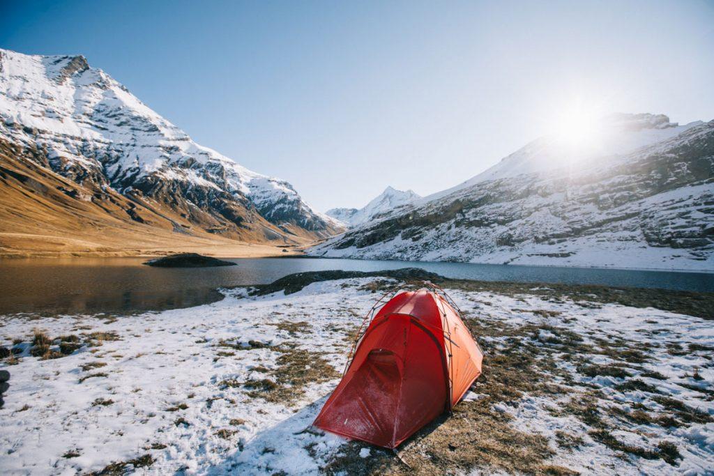 Quel est le poids d'une bonne tente de bivouac ? les choses à savoir avant d'acheter son matos de bivouac. crédit photo : Clara Ferrand - blog Wildroad