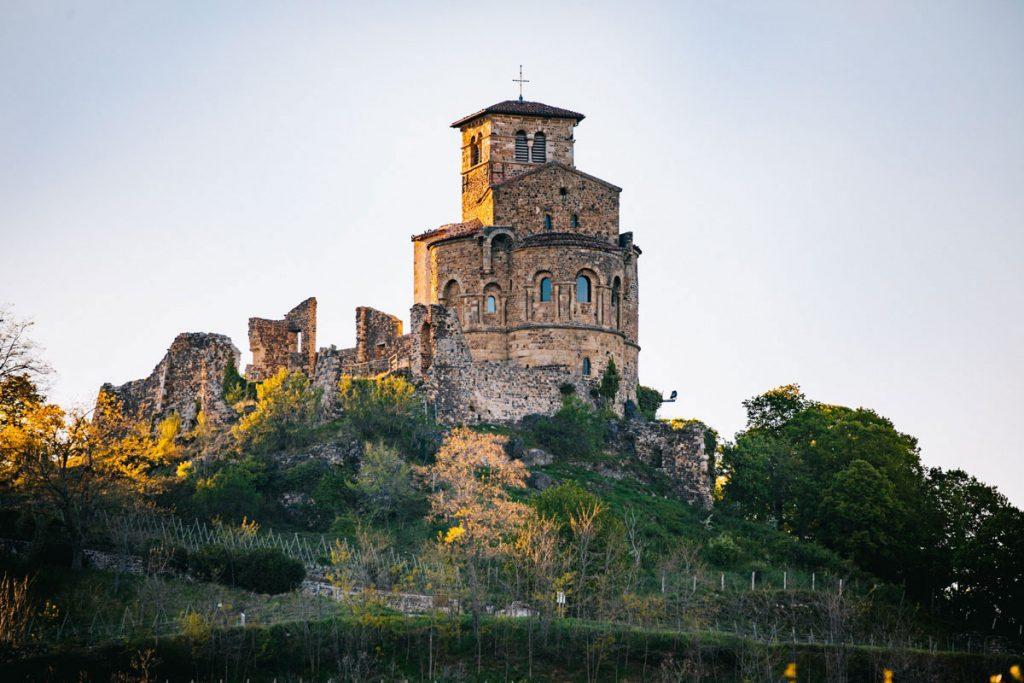 Le prieuré de Saint Romain-le-puy dans le Forez. crédit photo : Clara Ferrand - blog Wildroad