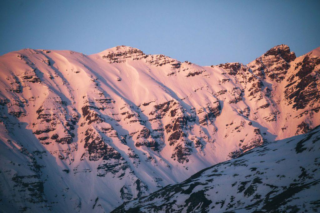 Les sommets de la vallée de la Maurienne au lever du soleil. crédit photo : Clara Ferrand - blog Wildroad