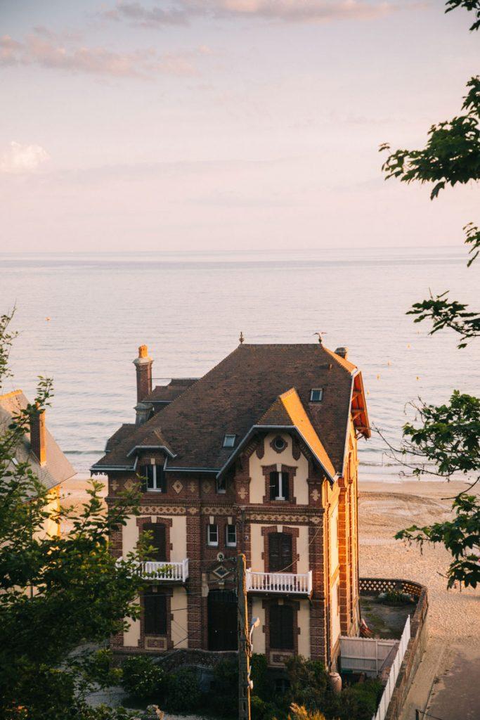 Une villa belle époque donnant sur la plage d'Houlgate. crédit photo : Clara Ferrand - blog WIldroad
