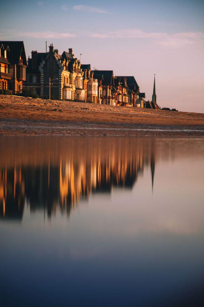 Balade sur la plage d'Houlgate au coucher du soleil. crédit photo : Clara Ferrand - blog Wildroad