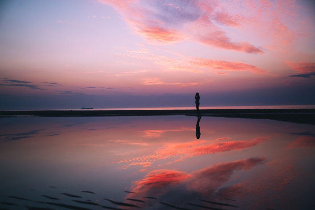 Coucher de soleil sur les côtes normandes. crédit photo : Clara Ferrand - blog Wildroad