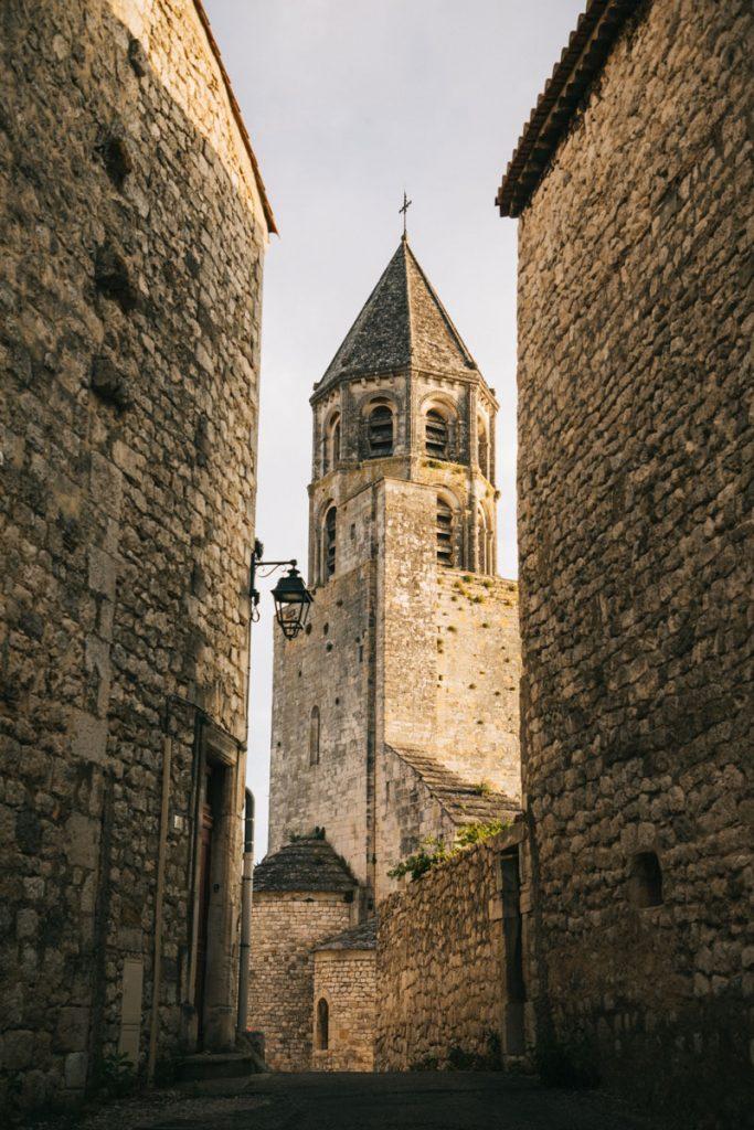 L'église Roman de la Garde Adhémar un des plus beau village de France. crédit photo : Clara Ferrand - blog WIldroad