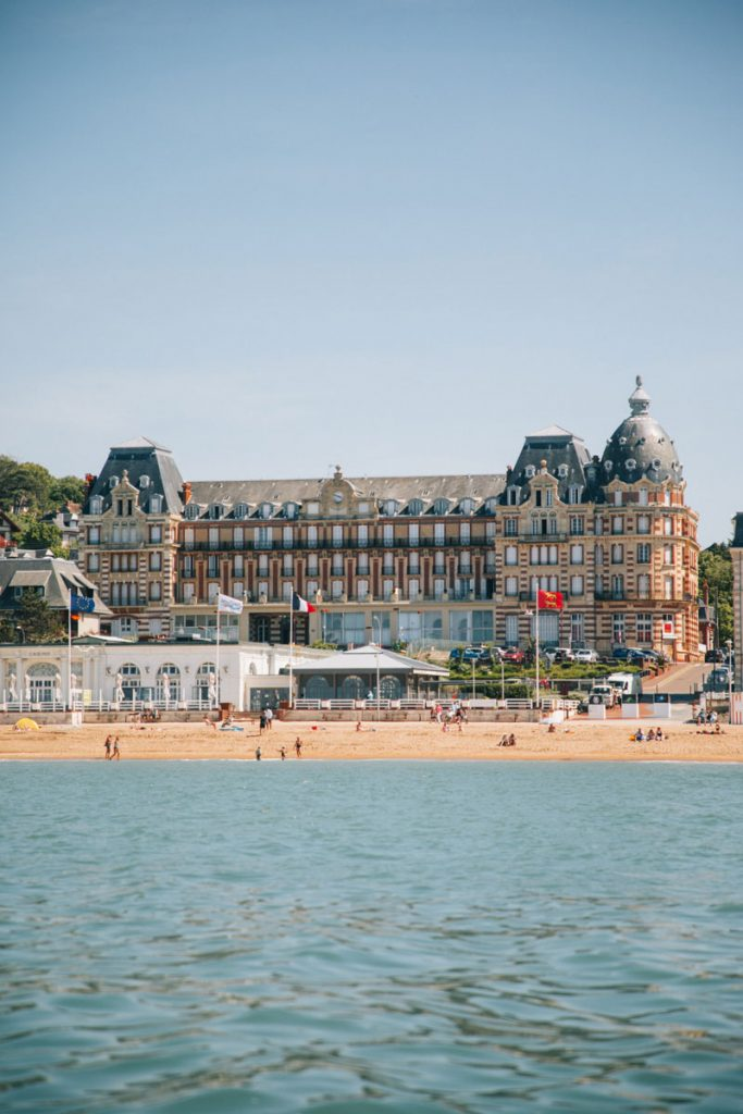 Le casino d'Houlgate depuis la mer. crédit photo : Clara Ferrand - blog Wildroad