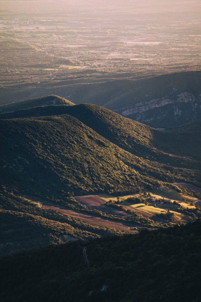 Les champs de lavandes depuis la montagne de la Lance. crédit photo : Clara Ferrand - blog Wildroad
