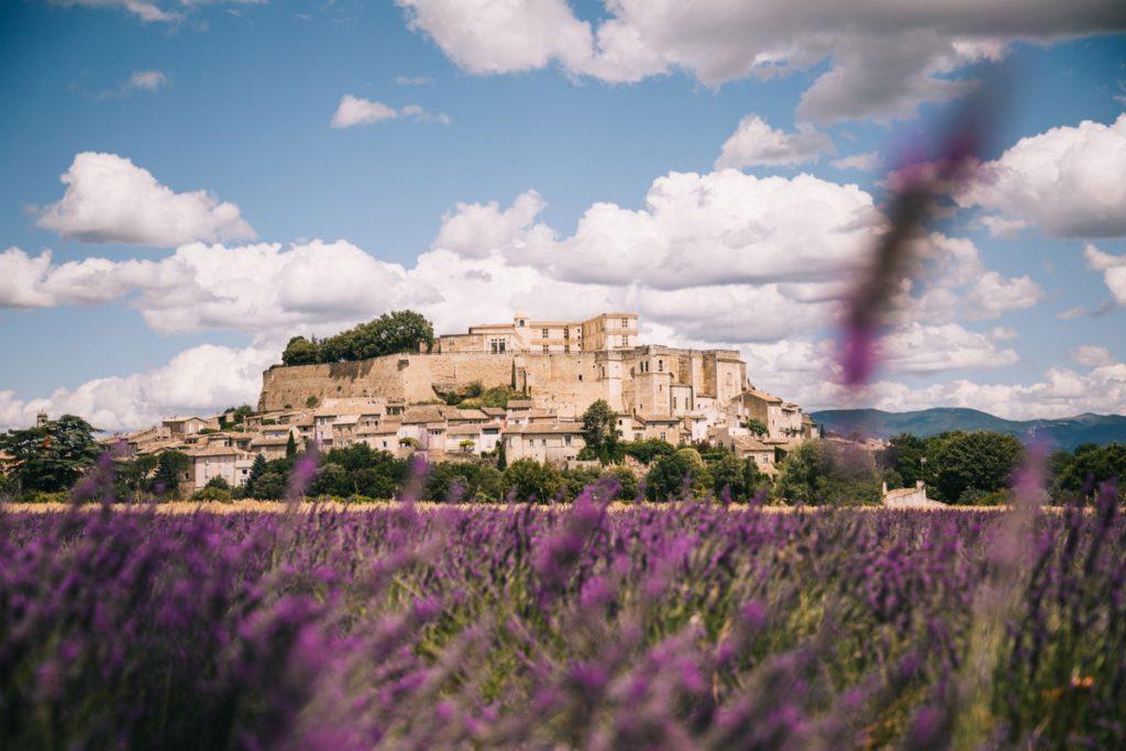 Le fameux champ de lavande du village de Grignan dans la Drôme Provençale. crédit photo : Clara Ferrand - blog WIldroad