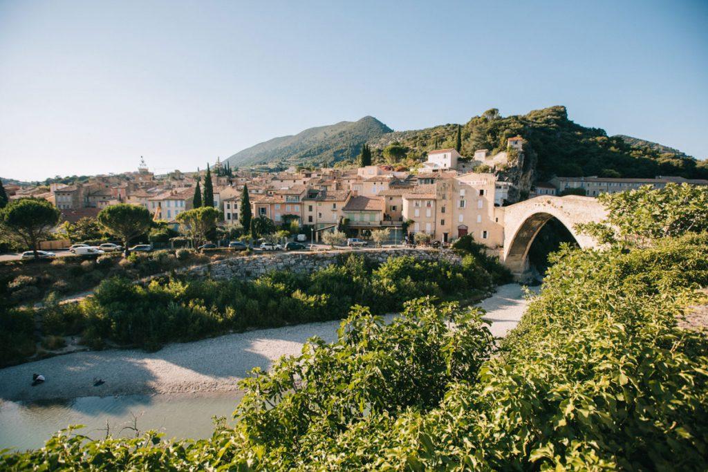Visiter Nyons, capital de l'huile d'olive, dans la Drôme provençale. crédit photo : Clara Ferrand - Blog Wildroad