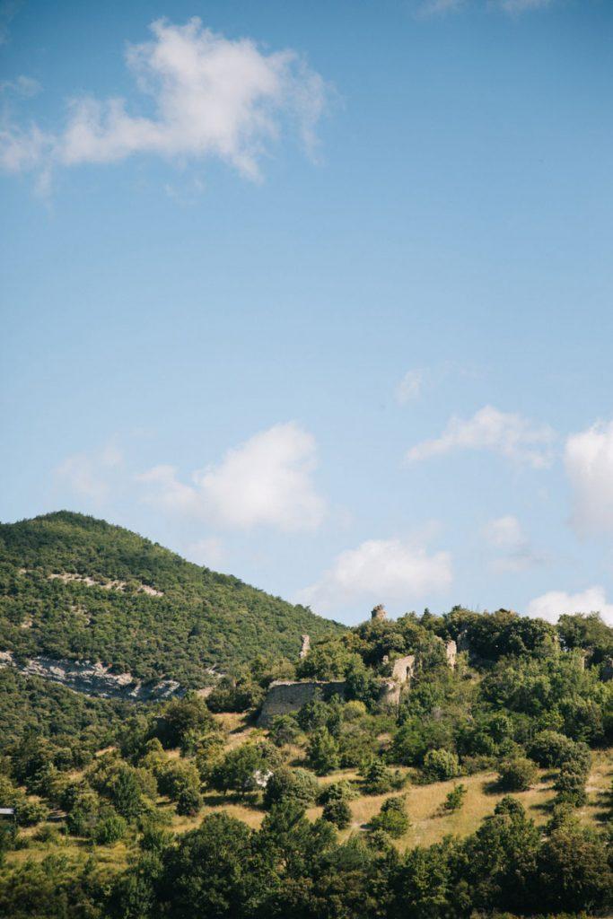 Les ruines de Béconne dans le pNR des baronnies. crédit photo : Clara Ferrand - blog WIldroad