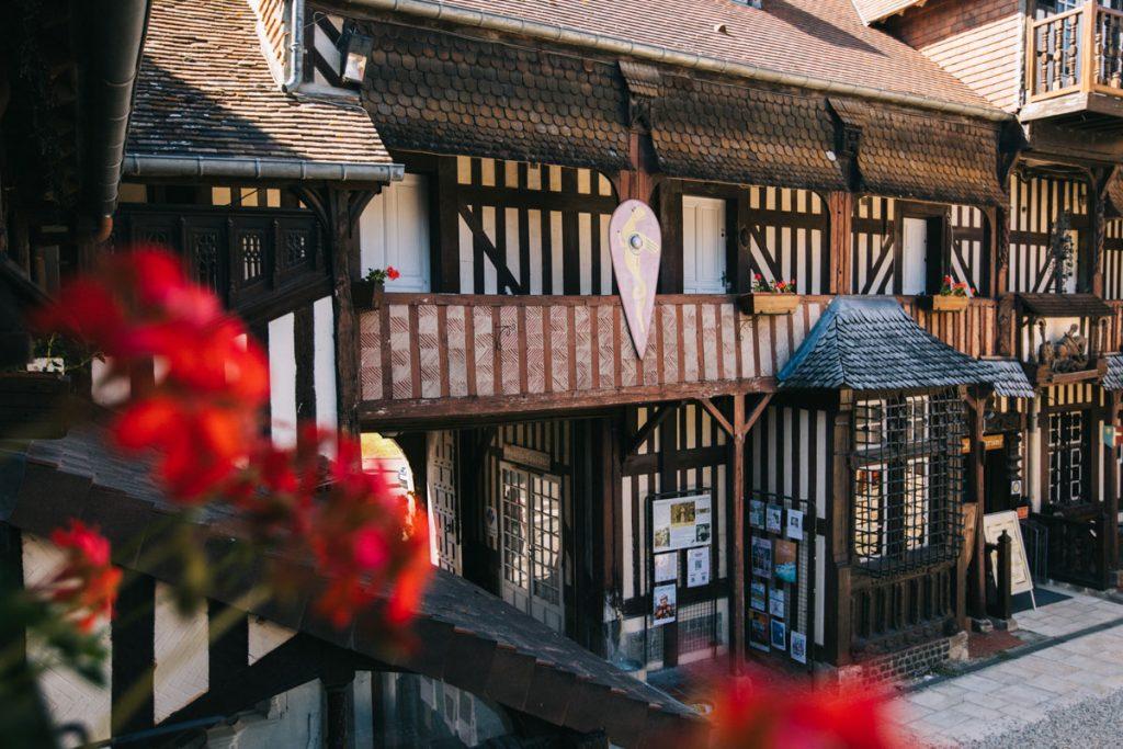 Le village d'art de Guillaume de Conquérant à Dives-sur-mer. crédit photo : Clara Ferrand - blog WIldroad