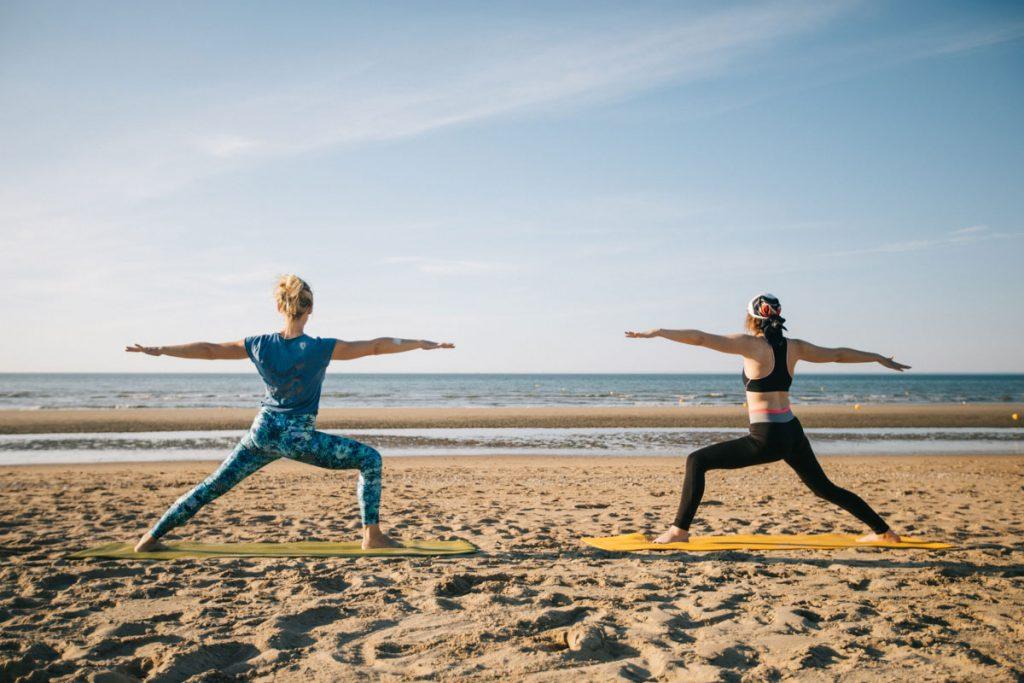 Séance de yoga face à la mer à Cabourg. crédit photo : Clara Ferrand - blog WIldroad