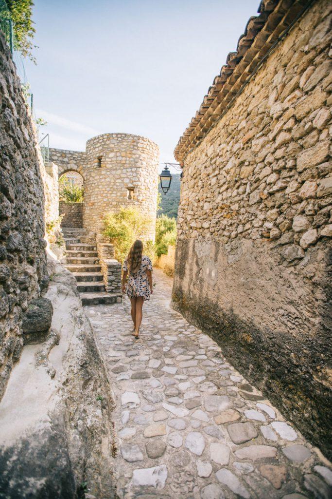 Visiter la cité médiévale de Nyons dans la Drôme. crédit photo : Clara Ferrand - blog Wildroad
