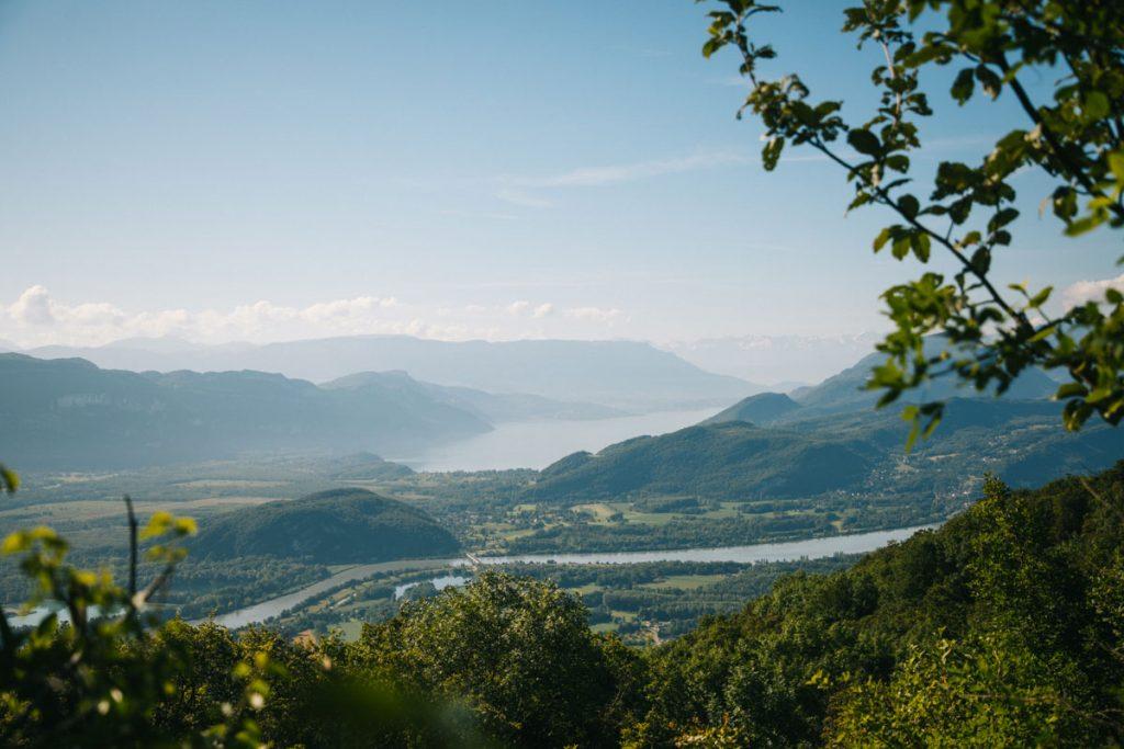 Randonnée dans le buggy avec la vue sur le lac du Bourget. crédit photo : Clara Ferrand - blog Wildroad
