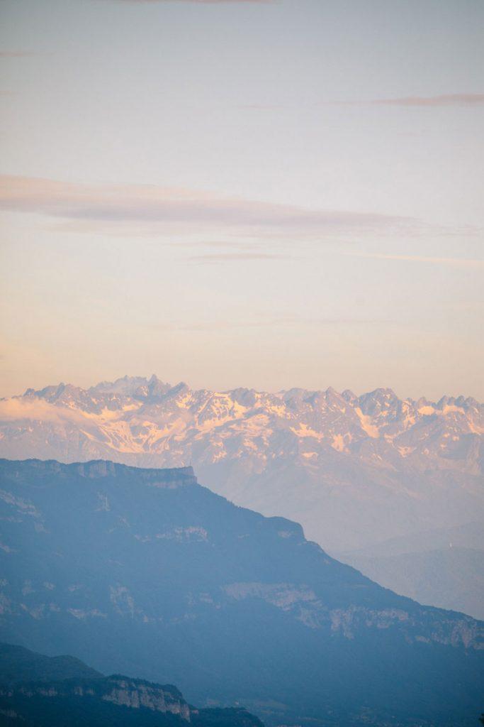 La Croix du Nivolet et les Belledonnes depuis le plateau du Retord. crédit photo : Clara Ferrand - blog Wildroad