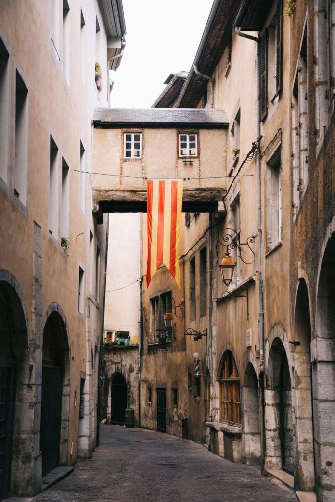 Le centre-ville et les ruelle médiévale de Chambery en Savoie. crédit photo : Clara Ferrand - blog WIldroad