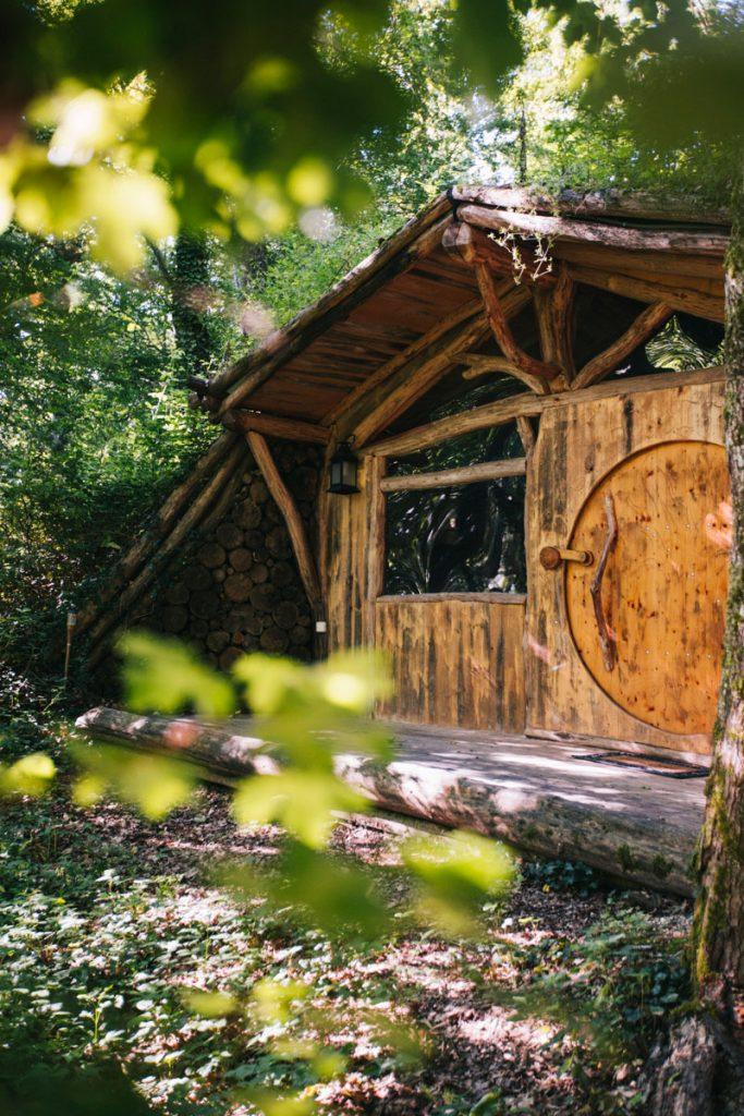 La maison de hobbits pour un séjour original en famille en Occitanie. crédit photo : Clara Ferrand - blog Wildroad